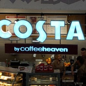 Rebranding i ekspansja międzynarodowych sieci kawiarni.